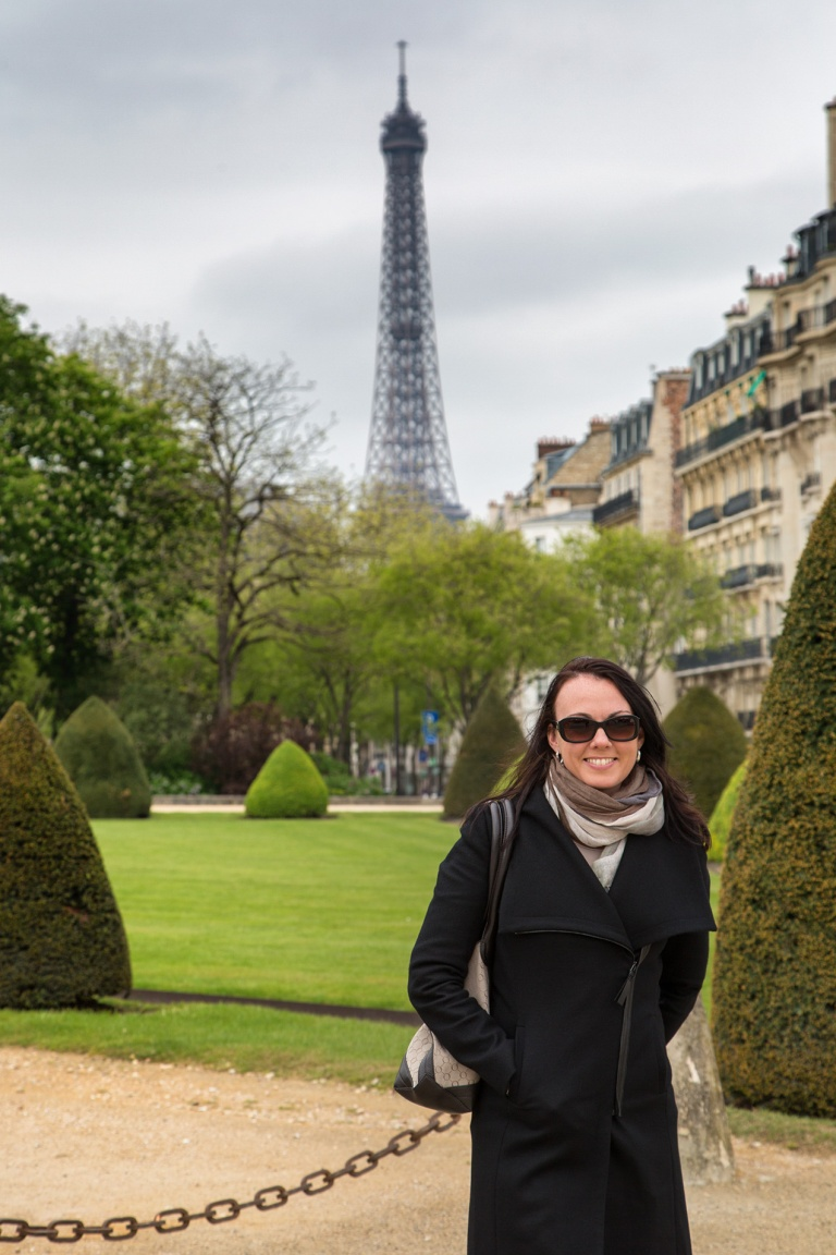 Image of a woman in front of the Eiffel Tower