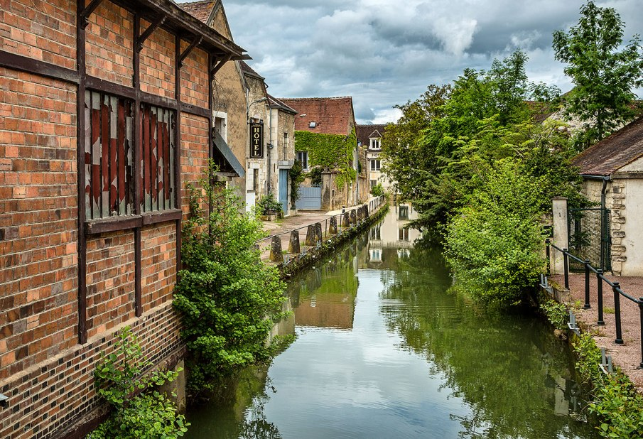 Building on the River Serein, Chablis