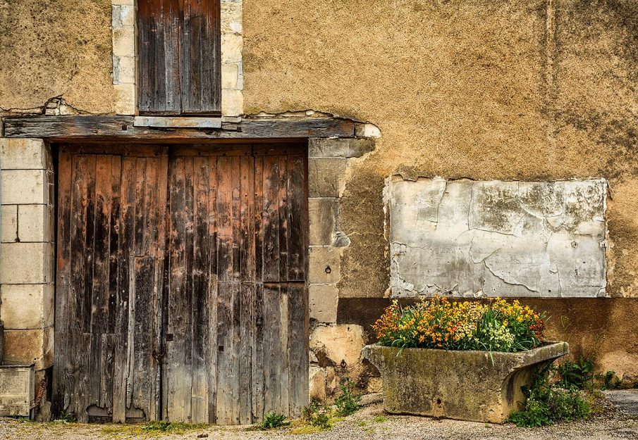 Flowers and door in Chablis