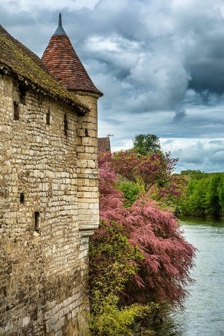 Building on the iver Serein, Chablis