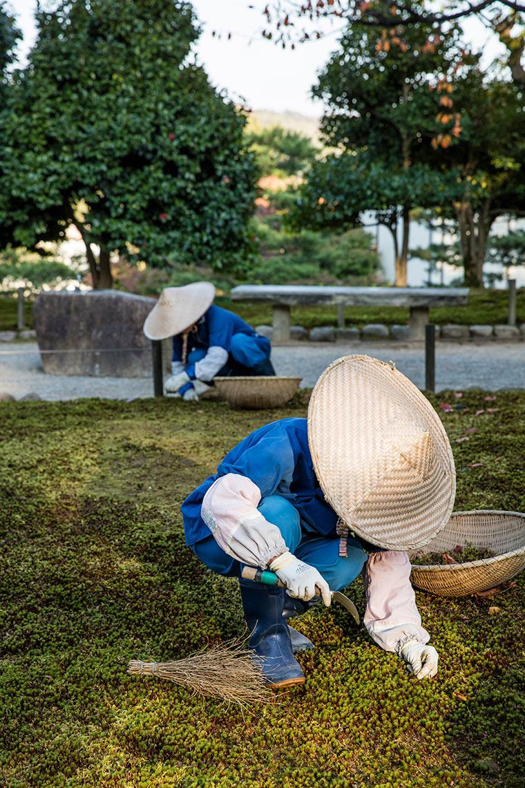 Gardeners at Kenrokuen Gardens Kenrokuen Gardens © Michael Evans Photographer 2017
